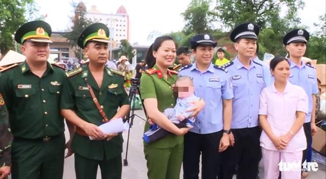 Công an Móng Cái tiếp nhận một bé trai bị bán sang Trung Quốc - Ảnh 2.