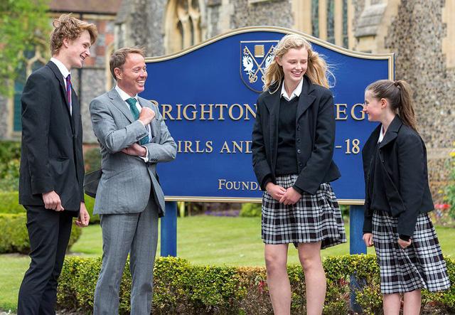 Trường học Anh cấm học sinh uống nước bằng chai nhựa - Ảnh 1.