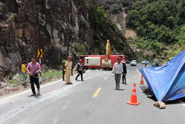 Xe khách đâm vào vách núi, 2 cán bộ công an hưu trí tử vong - Ảnh 8.