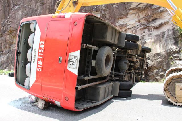 Xe khách đâm vào vách núi, 2 cán bộ công an hưu trí tử vong - Ảnh 6.