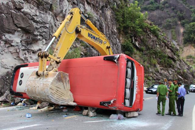 Xe khách đâm vào vách núi, 2 cán bộ công an hưu trí tử vong - Ảnh 1.