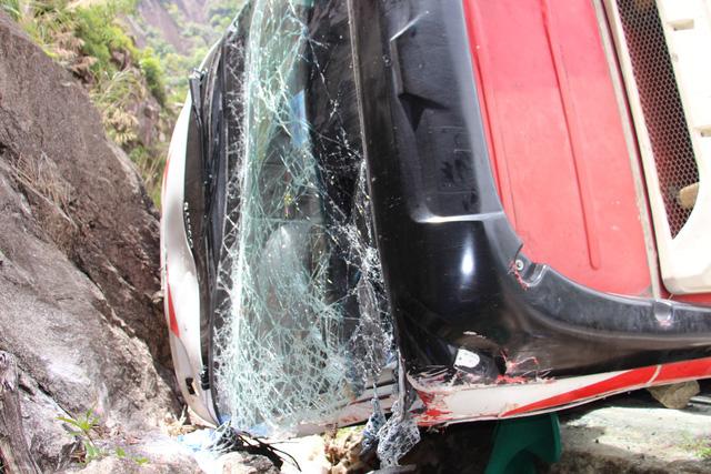 Xe khách đâm vào vách núi, 2 cán bộ công an hưu trí tử vong - Ảnh 4.