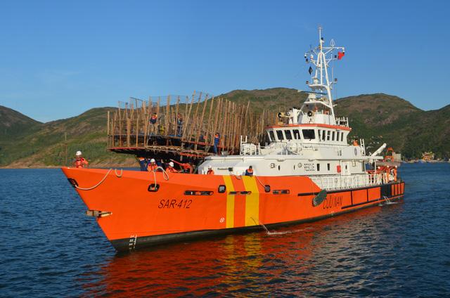 Cứu 49 ngư dân Quảng Nam trôi dạt trên biển Hoàng Sa - Ảnh 1.