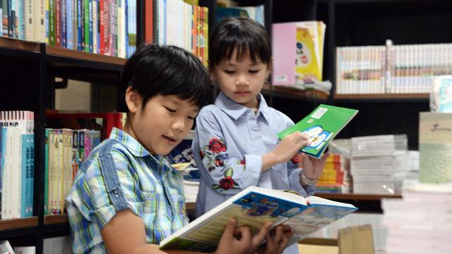 Vì sao phương Tây xem sách là bạn, còn người Việt cắm cúi vào màn hình? - Ảnh 1.