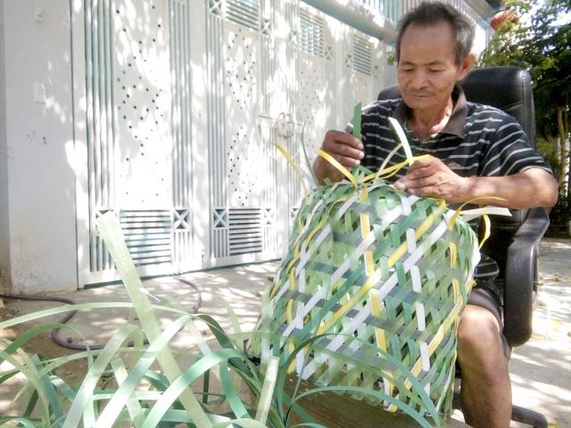 Chiếc giỏ rác đặc biệt của người đàn ông 68 tuổi - Ảnh 1.