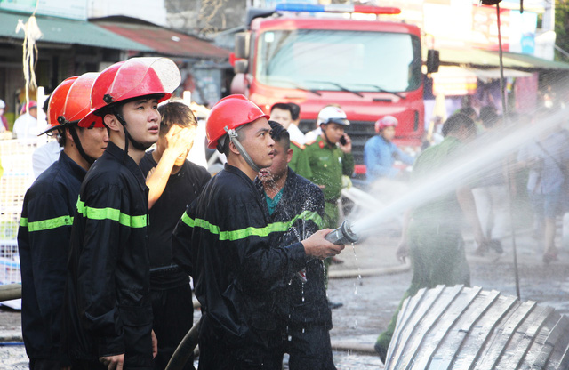 Nhiều cửa hàng gần chợ bị cháy, tiểu thương ôm hàng bỏ chạy - Ảnh 2.