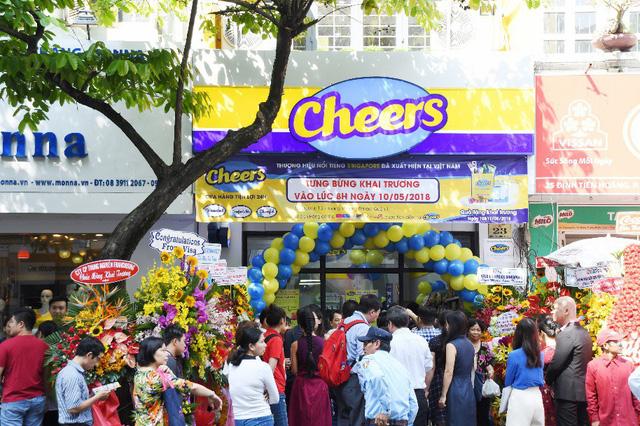"""Giới trẻ """"mua nhanh, ăn nhanh"""" Sài Gòn thích lướt cửa hàng Cheers - Ảnh 1."""