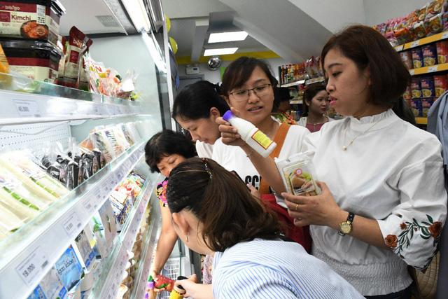 """Giới trẻ """"mua nhanh, ăn nhanh"""" Sài Gòn thích lướt cửa hàng Cheers - Ảnh 2."""
