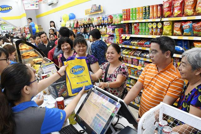 """Giới trẻ """"mua nhanh, ăn nhanh"""" Sài Gòn thích lướt cửa hàng Cheers - Ảnh 3."""