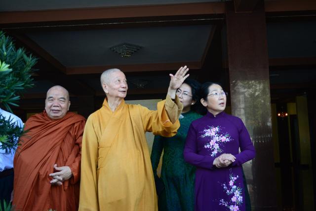 Lãnh đạo TP.HCM thăm, chúc mừng Đại lễ Phật đản 2018 - Ảnh 2.