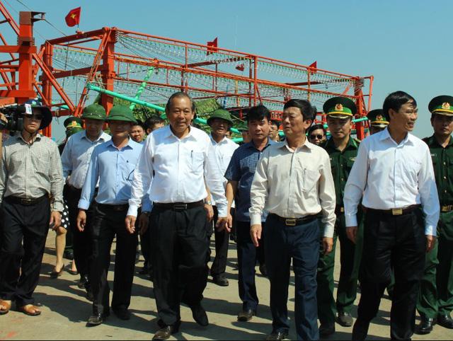 Thủ tướng Nguyễn Xuân Phúc mua cá của ngư dân Quảng Trị - Ảnh 2.