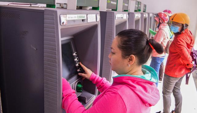 Thu phí hạ tầng ATM, ngân hàng lớn muốn, ngân hàng nhỏ lắc đầu - Ảnh 1.