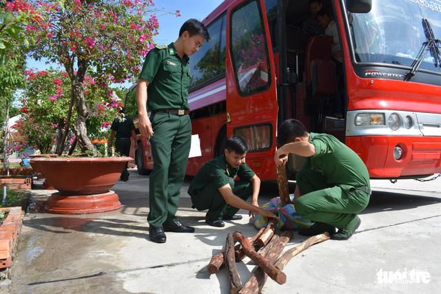 Xe khách chở 3.200kg gỗ trắc từ Campuchia về Việt Nam - Ảnh 1.