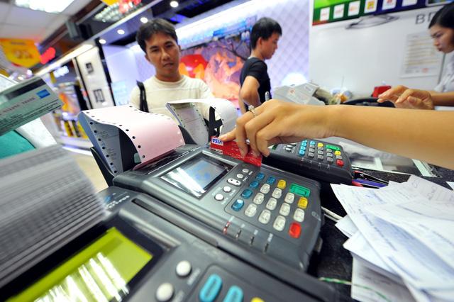 Ngân hàng phải cảnh báo các thủ đoạn của tội phạm thẻ cho khách hàng - Ảnh 1.