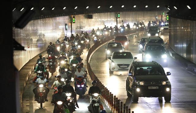 Ù tai, khó thở khi đi qua hầm sông Sài Gòn - Ảnh 1.