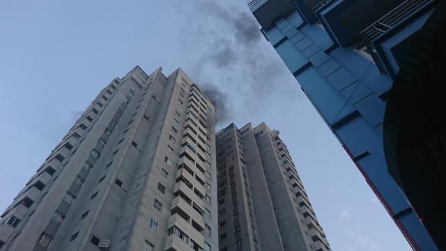 Tầng 18 chung cư Hà Nội đột nhiên bốc cháy dữ dội khiến người dân hoảng loạn