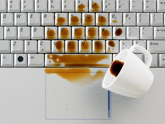 Làm thế nào để cứu laptop khi bị ướt? - Ảnh 1.