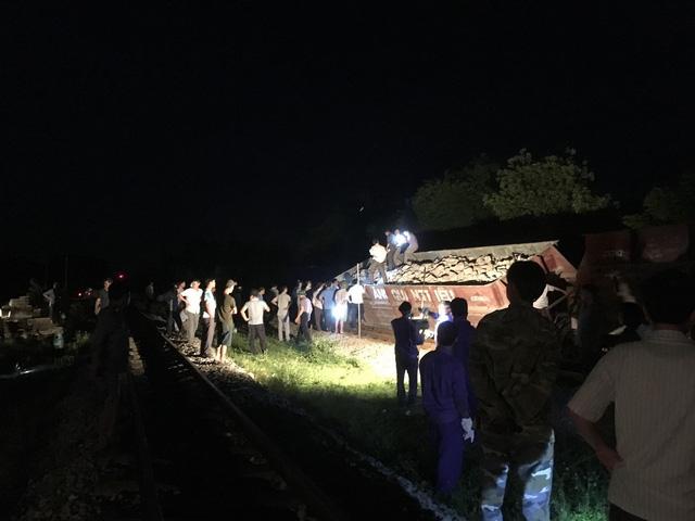 Tàu hỏa trật bánh nghiêng đổ ở Nghệ An - Ảnh 2.