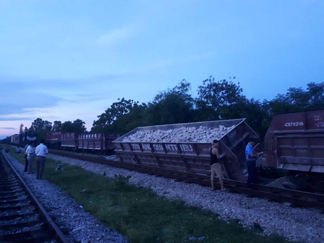 Tàu hỏa trật bánh nghiêng đổ ở Nghệ An - Ảnh 1.