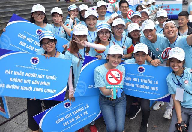 1.000 thanh niên Đà Nẵng nhảy Flashmop nói không với thuốc lá - Ảnh 1.