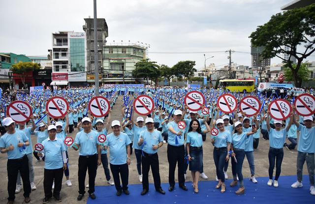 1.000 thanh niên Đà Nẵng nhảy Flashmop nói không với thuốc lá - Ảnh 2.