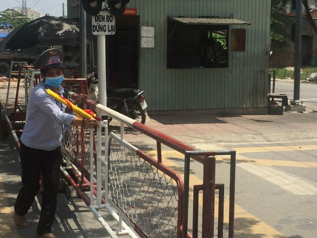 Nhọc nhằn nghề gác chắn tàu ở Sài Gòn - Ảnh 1.