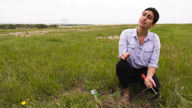 Nữ sinh trồng cây trái ở... bãi rác - Ảnh 1.