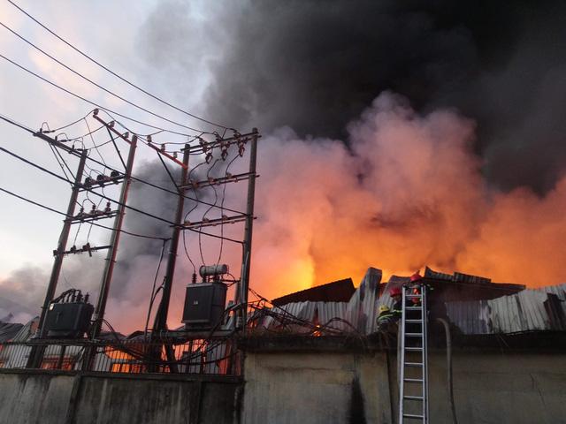 Hơn 100 cảnh sát dập đám cháy dài 3 tiếng tại quận 12 - Ảnh 1.