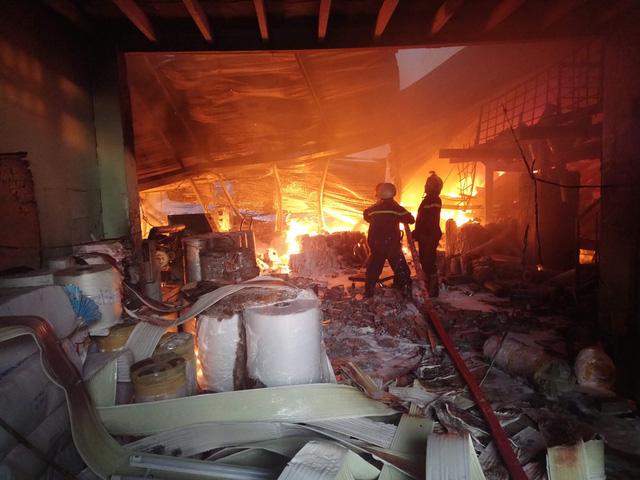 Hơn 100 cảnh sát dập đám cháy dài 3 tiếng tại quận 12 - Ảnh 2.