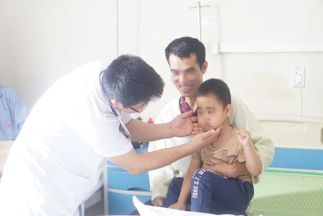 Tiêm 8 mũi corticoid, bé 5 tuổi mọc ria, ăn 4 bát cơm mỗi bữa - Ảnh 1.