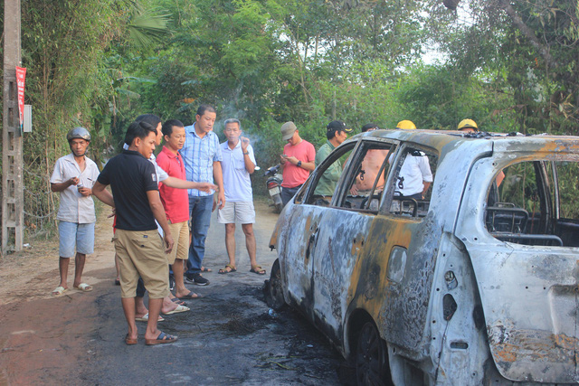 Xe 7 chỗ cháy như đuốc, bảy người kịp thoát thân - Ảnh 1.