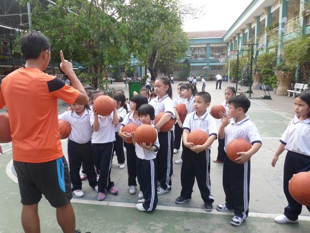 Trường THCS Nguyễn Hữu Thọ quận 7 nhận 40 học sinh ngoài tuyến - Ảnh 1.