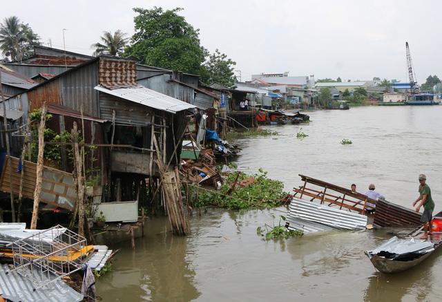 Sà lan hơn 1.200 tấn tông sập 5 nhà dân khiến 3 em bé rơi xuống nước