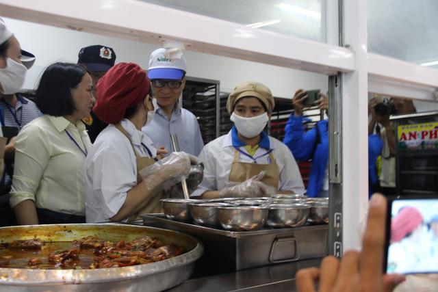Phó Thủ tướng dùng bữa trưa 15.000 đồng cùng công nhân - Ảnh 3.