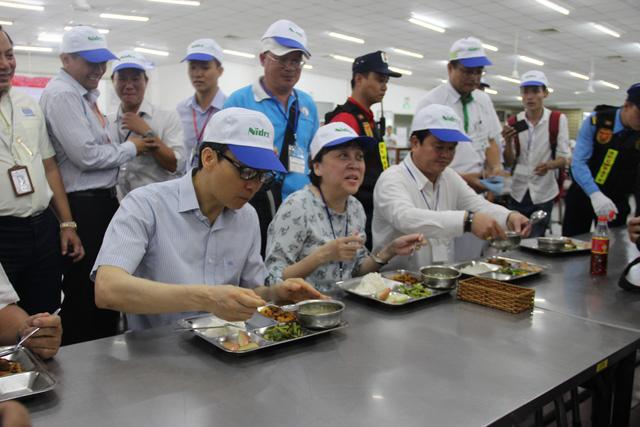 Phó Thủ tướng dùng bữa trưa 15.000 đồng cùng công nhân - Ảnh 1.