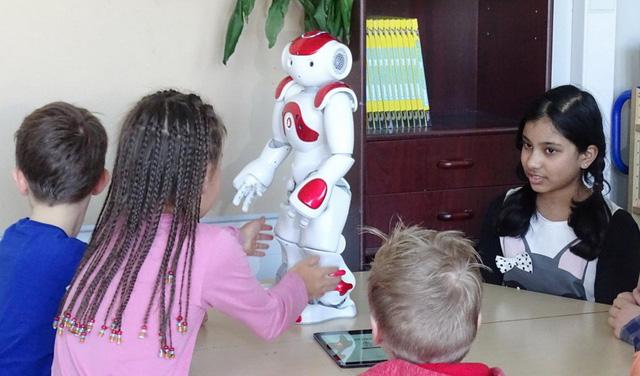 Tương lai robot sẽ dạy chính, thầy cô chỉ trợ giảng? - Ảnh 1.