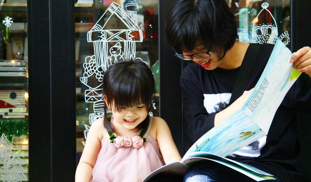 Cùng con đọc sách, thay vì kể chuyện cho bé nghe - Ảnh 1.