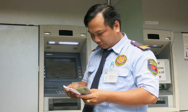 Than lỗ, nhiều ngân hàng muốn tăng phí rút tiền ATM - Ảnh 1.