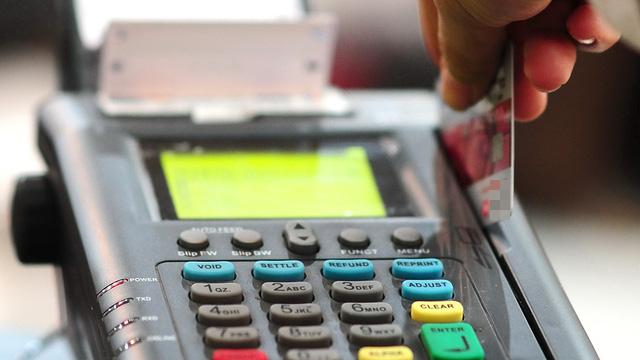 Bán tài khoản và thẻ ngân hàng: nguy cơ tiếp tay cho tội phạm - Ảnh 1.