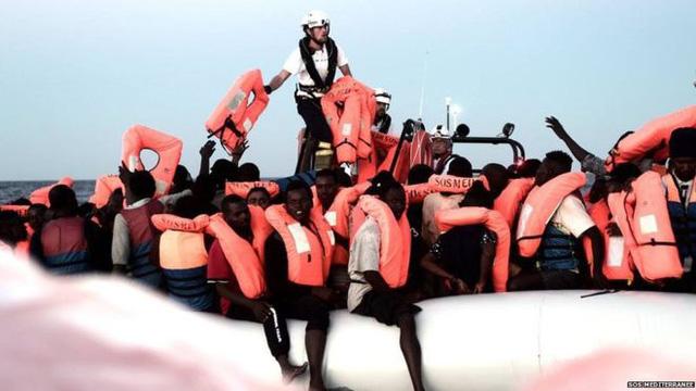 Pháp - Ý khẩu chiến về chuyện bỏ mặc tàu chở người di cư - Ảnh 1.