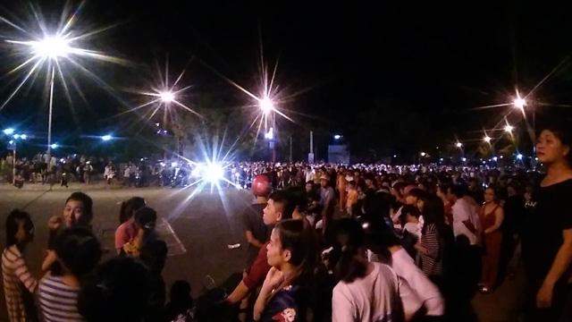 Hàng ngàn người tiếp tục gây rối trước UBND tỉnh Bình Thuận - Ảnh 1.