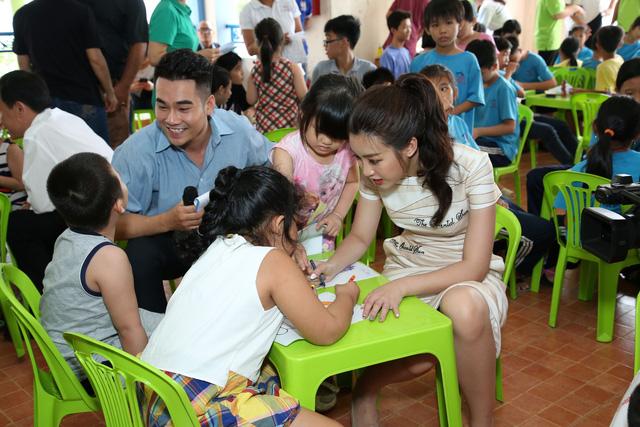 Hoa hậu Mỹ Linh tặng bàn ghế mới cho trẻ em Làng Nhân Ái - Ảnh 2.