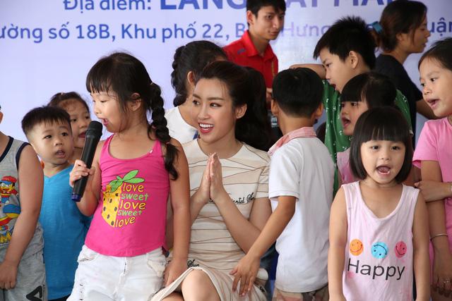 Hoa hậu Mỹ Linh tặng bàn ghế mới cho trẻ em Làng Nhân Ái - Ảnh 1.