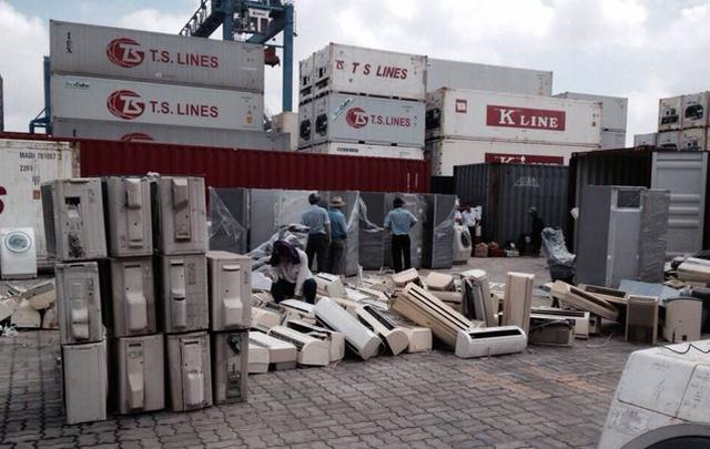 Ùn tắc cảng vì... hàng nhập khẩu phế liệu - Ảnh 1.