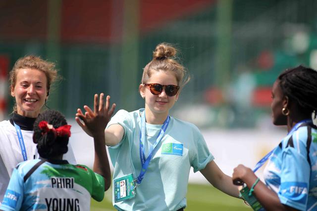World Cup 2018 bắt đầu nóng với những cô gái Nga xinh đẹp - Ảnh 11.