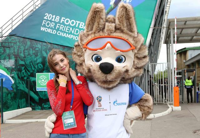 World Cup 2018 bắt đầu nóng với những cô gái Nga xinh đẹp - Ảnh 1.