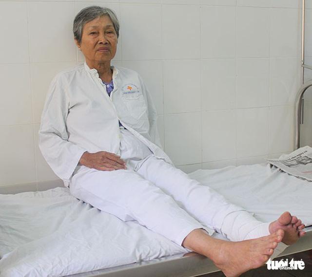 Cụ bà bị 2 thanh sắt đâm xuyên chân khi đi bán vé số - Ảnh 2.