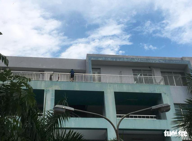 Giải cứu thanh niên đòi nhảy lầu tự tử tại Bệnh viện Trưng Vương - Ảnh 2.