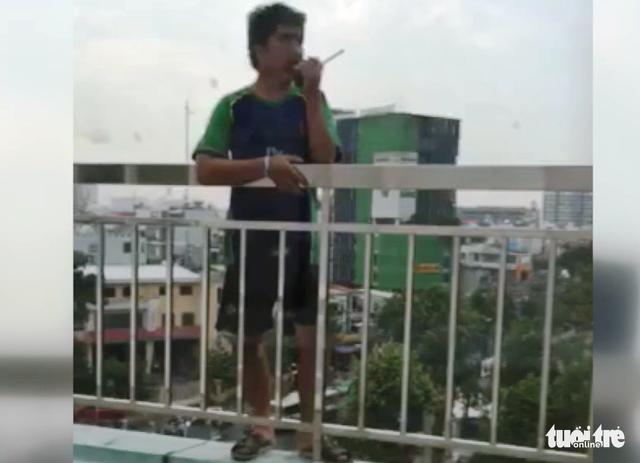Giải cứu thanh niên đòi nhảy lầu tự tử tại Bệnh viện Trưng Vương - Ảnh 3.