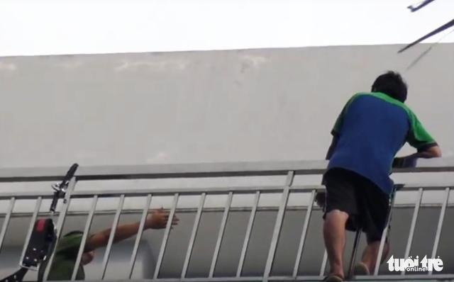 Giải cứu thanh niên đòi nhảy lầu tự tử tại Bệnh viện Trưng Vương - Ảnh 4.